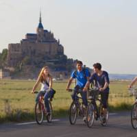 Cycling in front of Mont Saint Michel | Pierre Torset