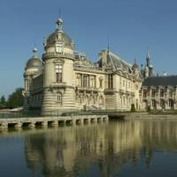 The beautiful reflection of the Chateau de Chantilly on a bike tour in Northern France | Martine Savart