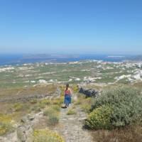 Hiking the trails on Santorini in the Greek Islands | Hetty Schuppert