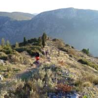 Walking along the path to Delphi | Hetty Schuppert