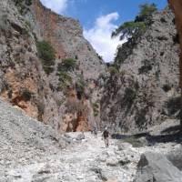 Hiking through Samaria Gorge on the island of Crete | Hetty Schuppert