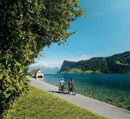 Cycling along Lake Lucerne&#160;-&#160;<i>Photo:&#160;Switzerland Tourism</i>